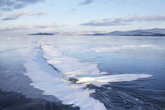贝加尔湖,在裂缝的雪冬天风景在冰 免版税图库摄影