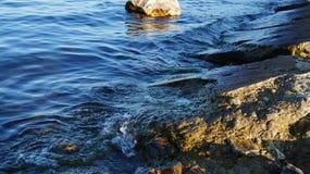 贝加尔湖水,海岸,堤堰 免版税库存图片