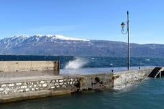 加尔达湖在一风暴日-布雷西亚-意大利一幅全景  库存照片