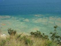 加尔达湖清楚的大海在西尔苗内附近的 免版税库存图片
