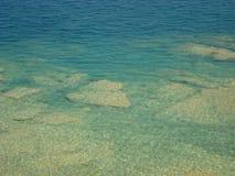 加尔达湖清楚的大海在西尔苗内附近的 库存图片