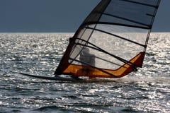 加尔达湖的风帆冲浪者 免版税库存照片