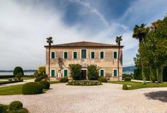 加尔达湖美丽的老别墅在意大利 免版税库存照片