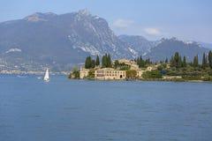加尔达湖,最大的湖在意大利,位于在白云岩边缘,意大利 图库摄影