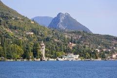 加尔达湖,最大的湖在意大利,位于在白云岩边缘,意大利 免版税库存图片