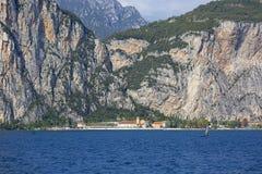 加尔达湖,最大的湖在意大利,位于在白云岩边缘,意大利 库存照片