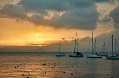 加尔达湖巴尔多利诺在日落的游艇停泊 库存图片