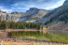 加州伟大Basin全国公园高山湖足迹 库存图片