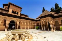 加州桂(Patio de los Arrayanes)的庭院在La阿尔罕布拉宫,格拉纳达,西班牙 免版税库存照片