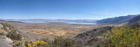 加州湖单音远景 库存图片