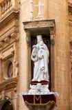 加州的角落的圣母玛丽亚和小耶稣的雕象 库存图片