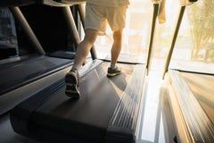 加工有人连续特写镜头的踏车在健身健身房 图库摄影
