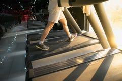 加工有人连续特写镜头的踏车在健身健身房 库存图片
