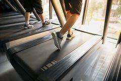 加工有人连续特写镜头的踏车在健身健身房 库存照片