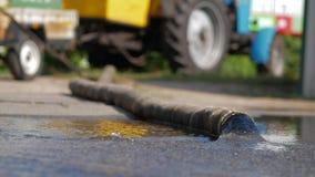 加工泵浦从一个厚实的水管浇灌 免版税库存照片