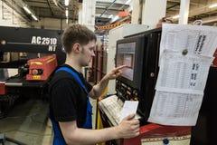 加工通过切开在一台自动化的计算机上的大钢片 免版税库存照片