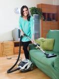 更加干净的清洁真空妇女 免版税图库摄影