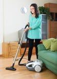 更加干净的清洁真空妇女 免版税库存照片