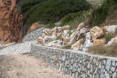 加强在海滩的石工石墙 库存照片