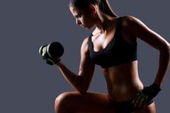 加强她的肌肉 库存照片