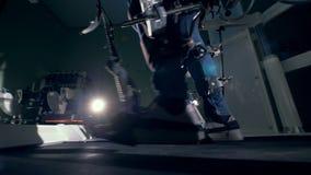 加强腿`肌肉的走的模仿设备 修复,修复,人的治疗以脚疾病 股票视频