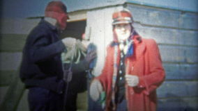 加得奴加,美国- 1956年:准备好的家庭一次旅行,在家庭渔棚子外面 股票视频