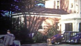 加得奴加,美国- 1953年:到富有的伯父的房子的参观在镇的好的边 影视素材