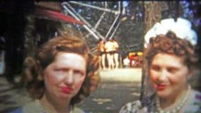 加得奴加,美国- 1956年:参观地方马戏的富裕的妇女看什么谈话是所有关于 股票视频