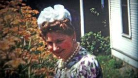 加得奴加,美国- 1956年:妇女装饰了与时间的最新的构成和时装配件 股票视频