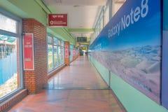 加德满都,尼泊尔, 2017年11月15日:情报签到一个大厅,在特里布万国际机场里面- 免版税库存照片