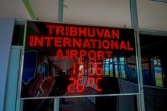 加德满都,尼泊尔, 2017年11月02日:情报签到在一个屏幕的红灯在Tribhuvan国际性组织里面 免版税图库摄影