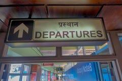加德满都,尼泊尔, 2017年11月15日:departue的情报标志在特里布万国际机场里面的- 免版税库存照片
