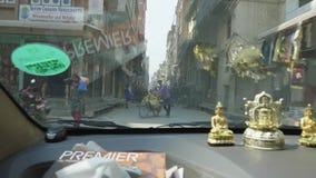 加德满都,尼泊尔- 2018年3月:从汽车的看法在旅游区Thamel的街道上的繁忙运输在的 股票录像