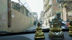 加德满都,尼泊尔- 2018年3月:从汽车的看法在旅游区Thamel的街道上的繁忙运输在的 影视素材