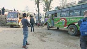 加德满都,尼泊尔- 2018年3月:公共汽车离开公共汽车staion并且去博克拉,行军, 2018年 影视素材