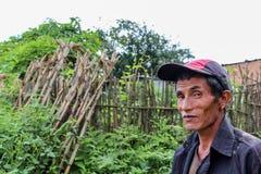 加德满都,尼泊尔- 2016年11月04日:一个尼泊尔人的画象有帽子的在村庄,尼泊尔 免版税库存照片
