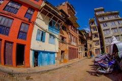 加德满都,尼泊尔2017年10月15日:与历史大厦的砖墙的一个大厦门面在Patan Durbar广场附近的 免版税库存图片