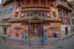 加德满都,尼泊尔2017年10月15日:与历史大厦的砖墙的一个大厦门面在Patan Durbar广场附近的 免版税库存照片