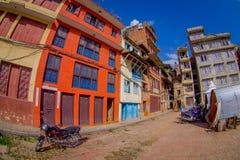 加德满都,尼泊尔2017年10月15日:与历史大厦的砖墙的一个大厦门面在Patan Durbar广场附近的 图库摄影