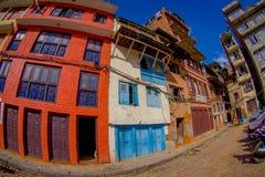 加德满都,尼泊尔2017年10月15日:与历史大厦的砖墙的一个大厦门面在Patan Durbar广场附近的 库存照片