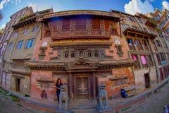 加德满都,尼泊尔2017年10月15日:与历史大厦的砖墙的一个大厦门面在Patan Durbar广场附近的 库存图片