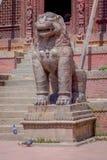 加德满都,尼泊尔2017年10月15日:与狮子雕象的北部入口, Changu纳拉扬,印度寺庙,加德满都谷地 免版税库存照片