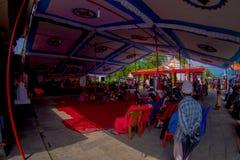 加德满都,尼泊尔- 2017年9月04日:人人群在的Bindabasini寺庙里面的,是伟大的宗教重要 免版税库存图片
