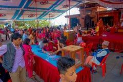 加德满都,尼泊尔- 2017年9月04日:人人群在的Bindabasini寺庙里面的 寺庙致力 库存照片