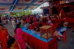 加德满都,尼泊尔- 2017年9月04日:人人群在的Bindabasini寺庙里面的 寺庙致力 免版税库存照片