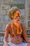 加德满都,尼泊尔2017年10月15日:关闭与橙色胡子, Pashupatinath寺庙的圣洁者的Shaiva sadhu与 免版税库存照片