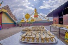 加德满都,尼泊尔2017年10月15日:关闭在一个金黄觚里面的candels在ametallic盘子在与a的一张桌里 图库摄影