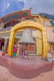 加德满都,尼泊尔2017年10月15日:关闭巨大的响铃在一个扔石头的金结构下在加德满都Boudhanath Stupa  库存照片
