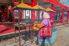 加德满都,尼泊尔- 2017年9月04日:关闭未认出的妇女在户外举行在篮子里面的供奉 免版税图库摄影