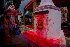 加德满都,尼泊尔- 2017年9月04日:关闭被绘一个白色的结构与一些供奉和, Bindabasini寺庙 库存照片